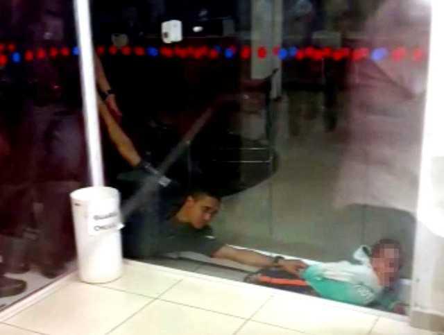 Vídeo: PM resgata criança entalada em vidro de agência bancária - Imagem: Reprodução