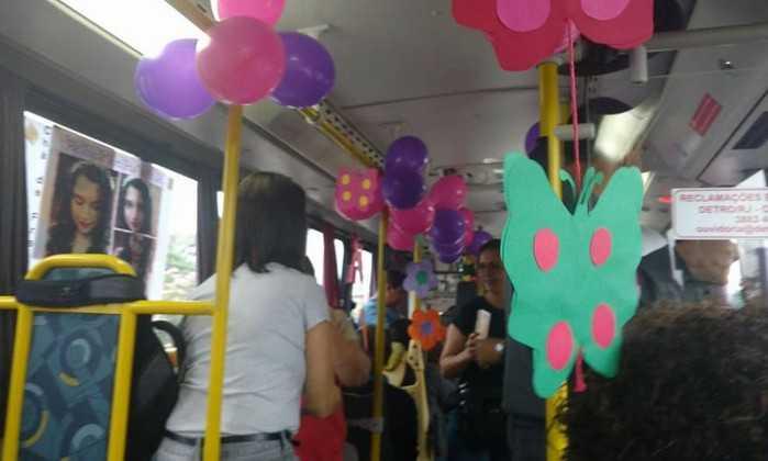 Gestante ganha chá de fraldas dentro de ônibus - Imagem: Facebook