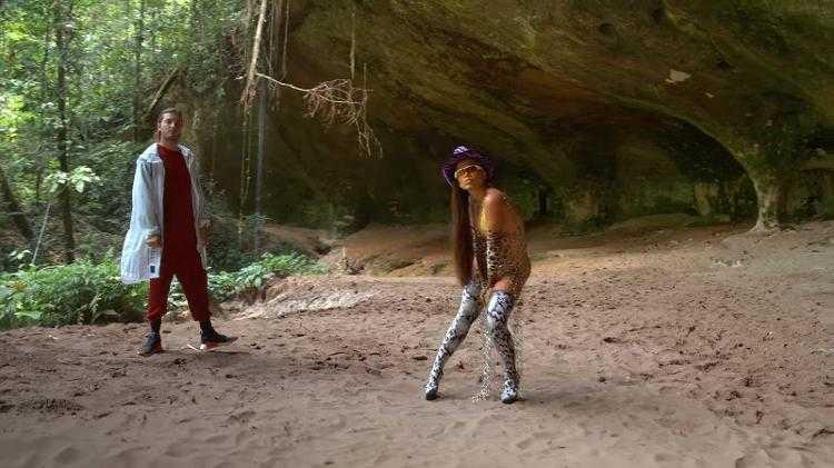 Mostra elementos que representam a fauna amazônica, como a cobra, além de acessórios que expressam força e autenticidade como o vestido de metal e os óculos - Imagem: Reprodução