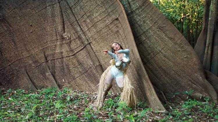 Os elementos fortes desse look vieram de uma pesquisa de diversas culturas e crenças que compõem o Brasil. Os peitos de metal são uma representação da Mãe natureza - Imagem : Reprodução