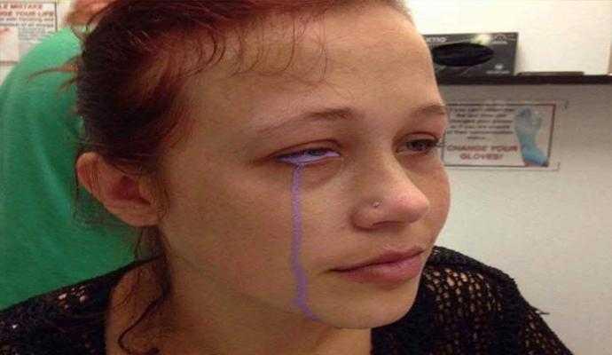 Tatuagem faz jovem chorar lágrimas roxas - Imagem: Divulgação