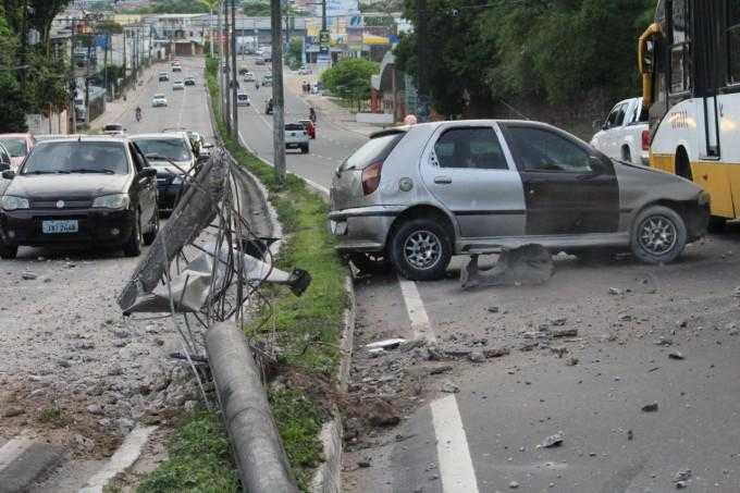 Carro colide com um poste de energia elétrica na Zona Leste / Divulgação