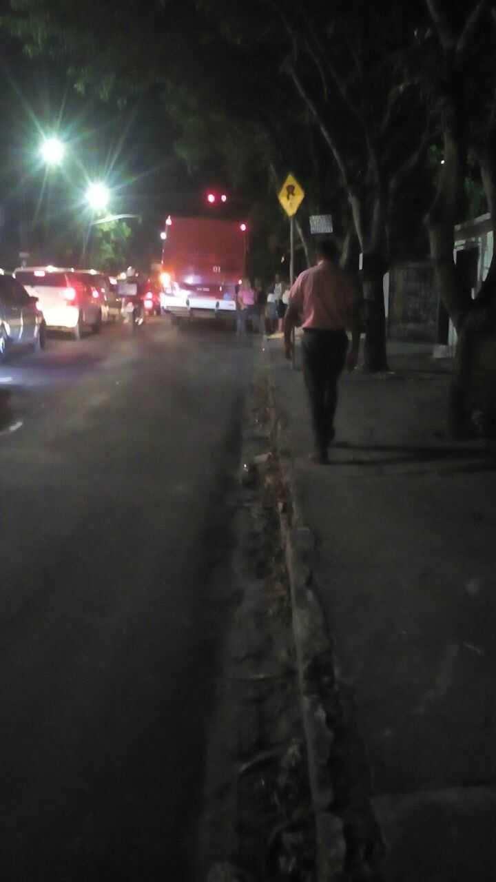 Bandidos fazem familia refem e durante fuga batem em onibus na zona norte de Manaus - Imagem: Via Whatsapp