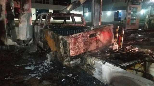 Carro invade posto de combustíveis em Manaus - Imagem: Divulgação/Corpo de Bombeiros