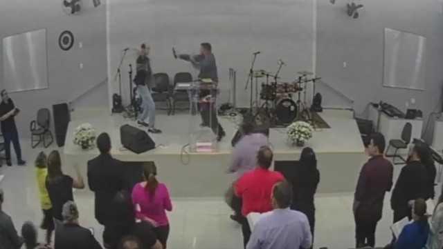 Homem tenta matar pastor durante transmissão ao vivo de culto no Facebook  - Imagem: Divulgação