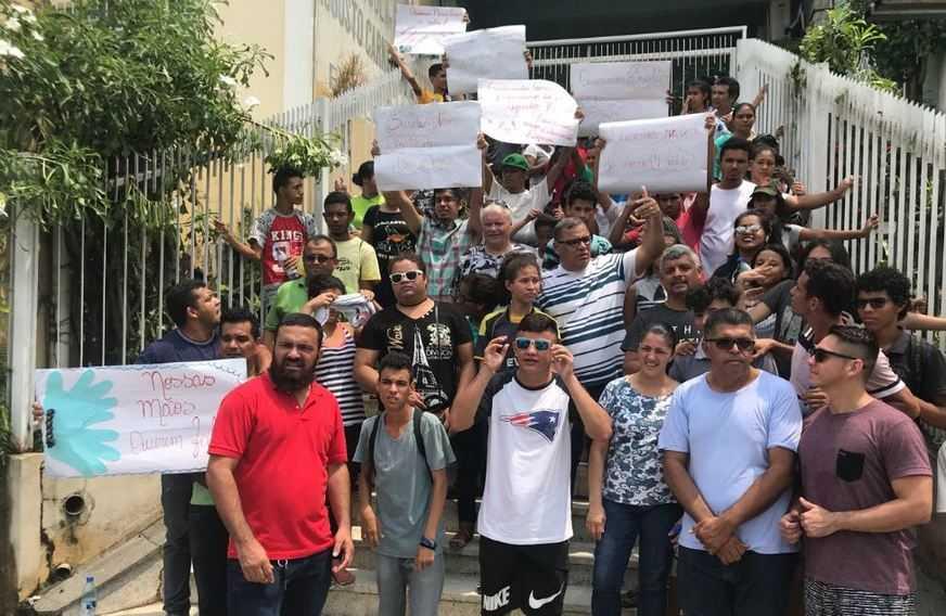 Pais, professores e alunos surdos realizaram protesto na av Joaquim Nabuco em Manaus - Imagem: Divulgação