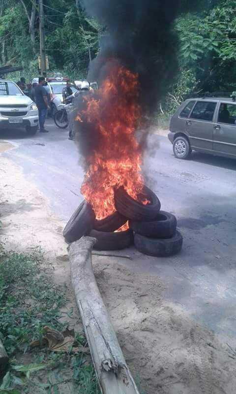 Populares bloqueiam estrada do Puraquequara durante manifestação- Imagem: Divulgação