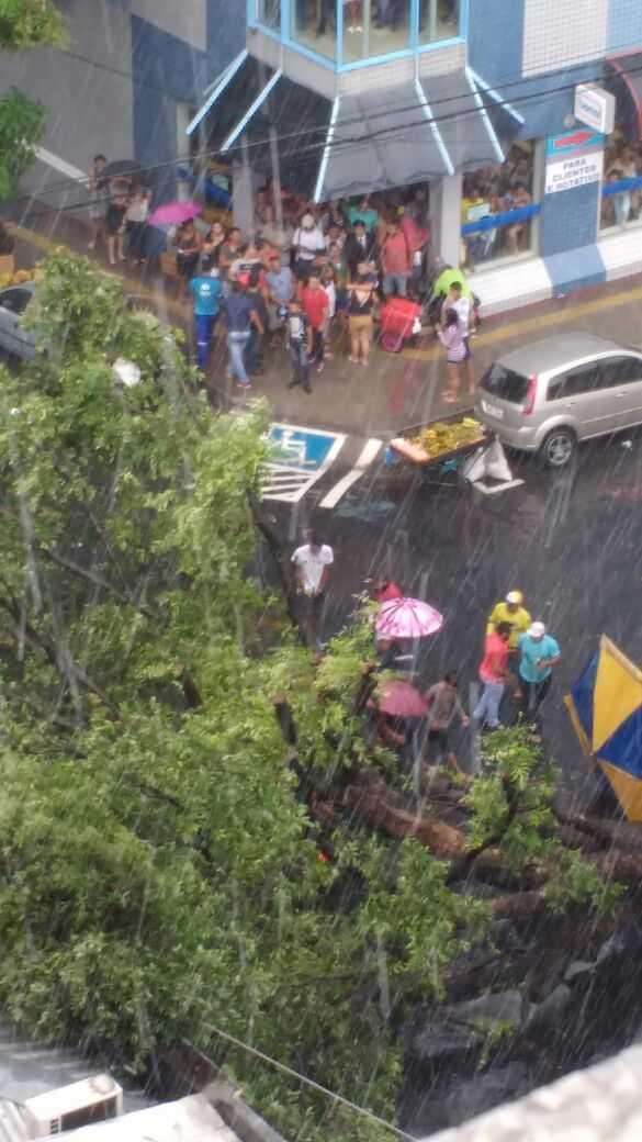 Temporal causa alagamentos em principais avenidas de Manaus e para trânsito - Imagem: Via Whatsapp