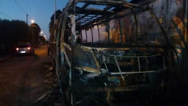 Casal coloca fogo em micro-ônibus da PM e são presos. Adivinha o motivo? Fotos e vídeo