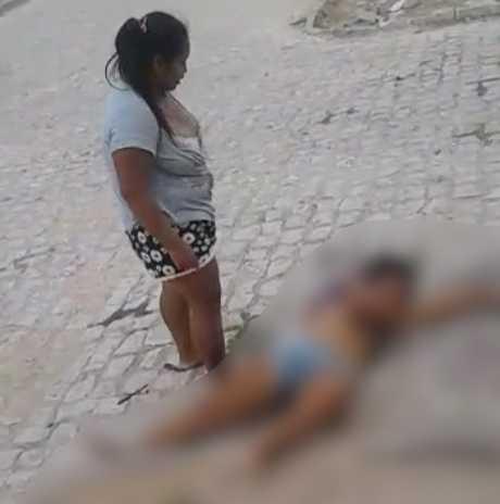 Mulher fica com o marido da irmã e apanha na rua até ficar desacordada