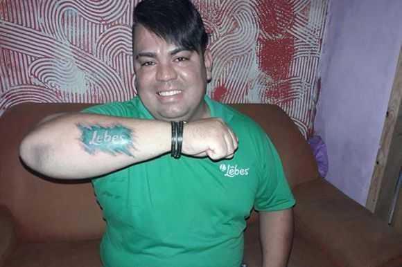 Juliano Moraes que trabalha na empresa há oito anos resolveu tatuar o logotipo da Lebes na pele / Divulgação