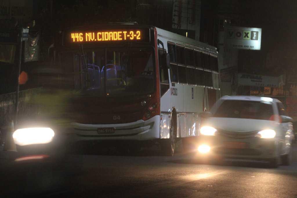 Onibus do transporte coletivo da linha 446, T2 e T3, foi roubado duas vezes na mesma noite na zona sul em Manaus. / Foto : Márcio Melo