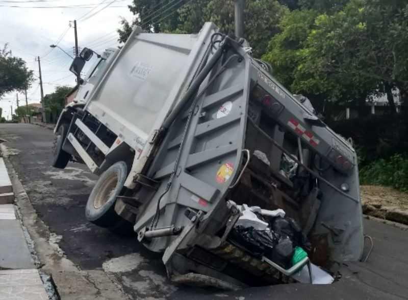 Caminhão de lixo é engolido por nova cratera na zona leste de Manaus - Imagem: Via Whatsapp