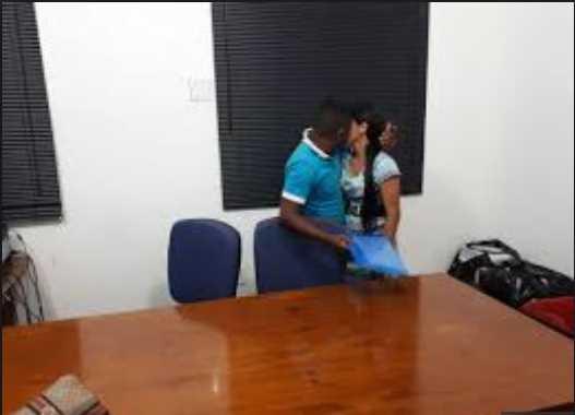 Casal se reconcilia durante audiência de pensão alimentícia- Imagem: Divulgação