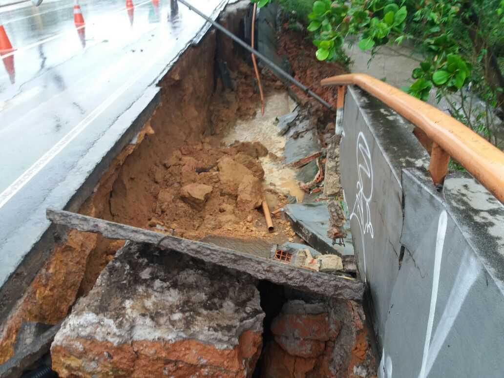 Desmoronamento de calçada na Av Brasil, Compensa- Imagem: Via Whatsapp