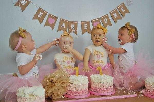 Mãe faz bolo de aniversário com réplicas em tamanho real das filhas / Foto : Reprodução