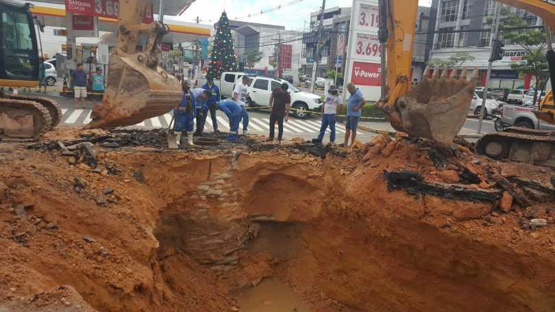 A cratera só aumenta na esquina da Para com Djalma Batista – foto: Correio da Amazônia