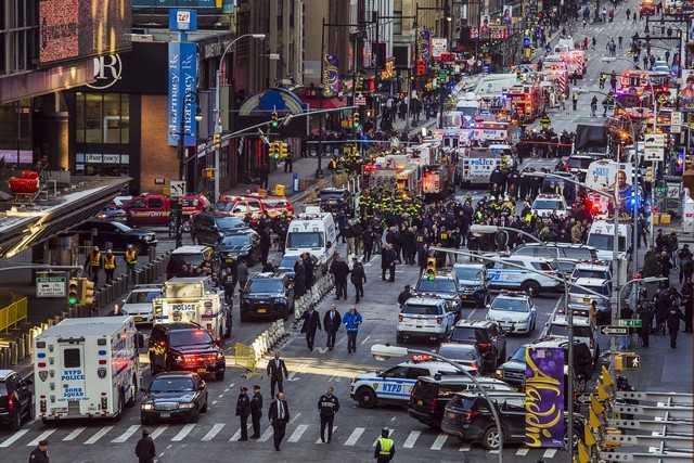Polícia e bombeiros bloqueiam ruas próximas ao terminal de ônibus da Port Authority, em Nova York, após explosão -Imagem: Edward Tobin/Reuters)