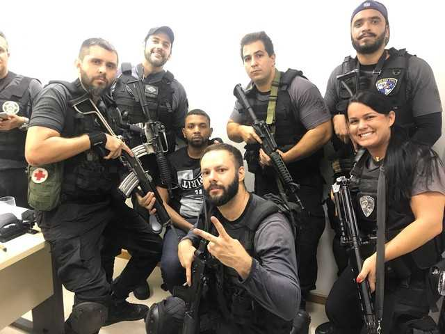 Agentes são fotografados ao lado de criminoso-  Imagem: Redes sociais