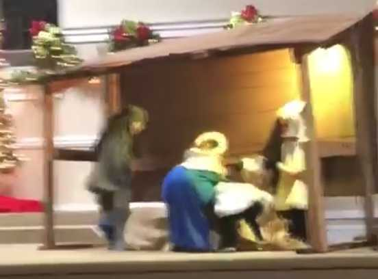 Uma ovelha sabidinha pegou o Menino Jesus sem autorização, e a Virgem Mãe não teve outra escolha, senão partir para o ataque.