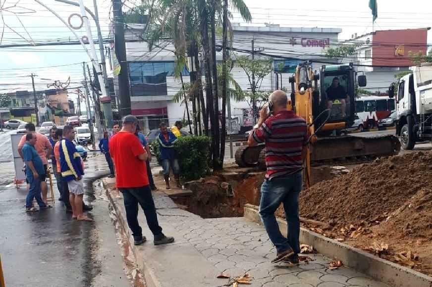 Nova cratera na rua Pará / Foto : Divulgação