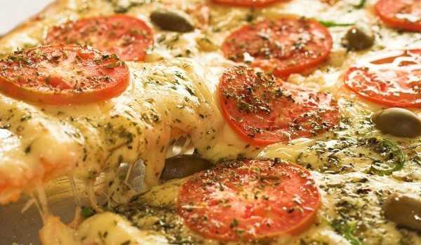 Avó põe maconha em pizza pensando ser orégano e envia áudios hilários- Imagem: Divulgação