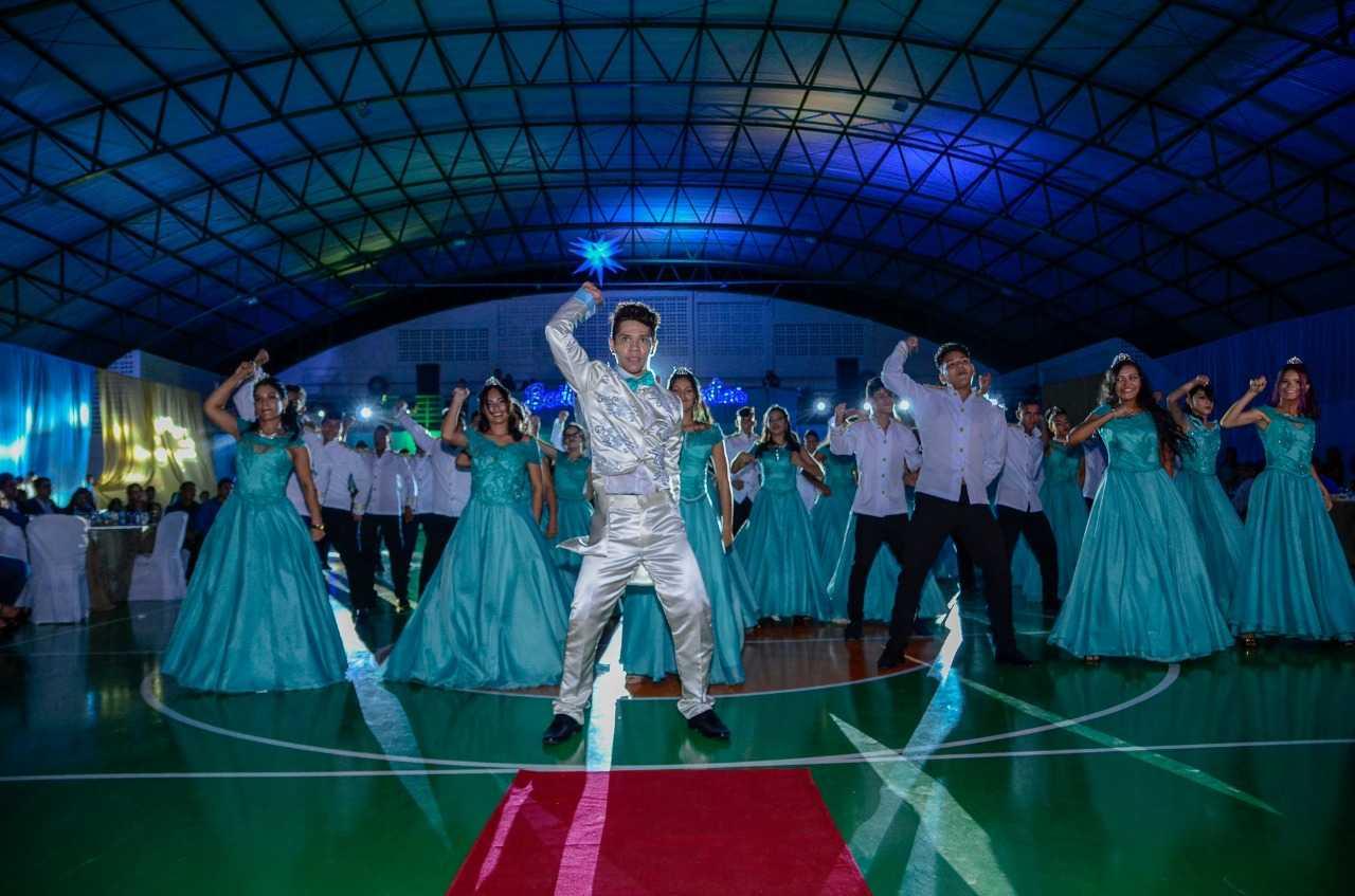 Prefeitura de Figueiredo realiza baile de debutantes para mais de 100 adolescentes do município / Foto : Divulgação