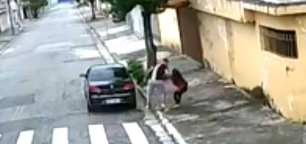 Câmera flagra momento que estuprador arrasta jovem para dentro do carro- Imagem: Reprodução Youtube