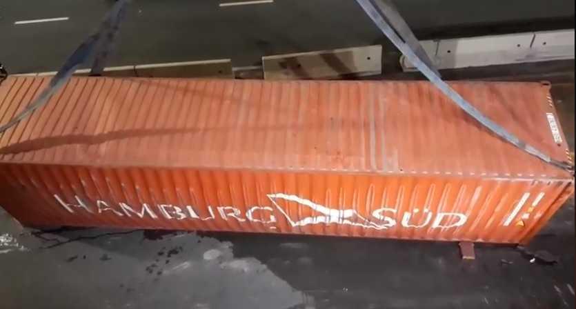 Conteiner tomba de carreta em Manaus: Imagem: No Amazonas é Assim
