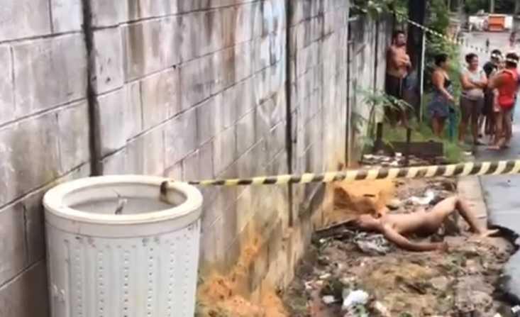 Corpo de homem sem roupa é jogado de carro na zona norte de Manaus- Imagem: Via Whatsapp
