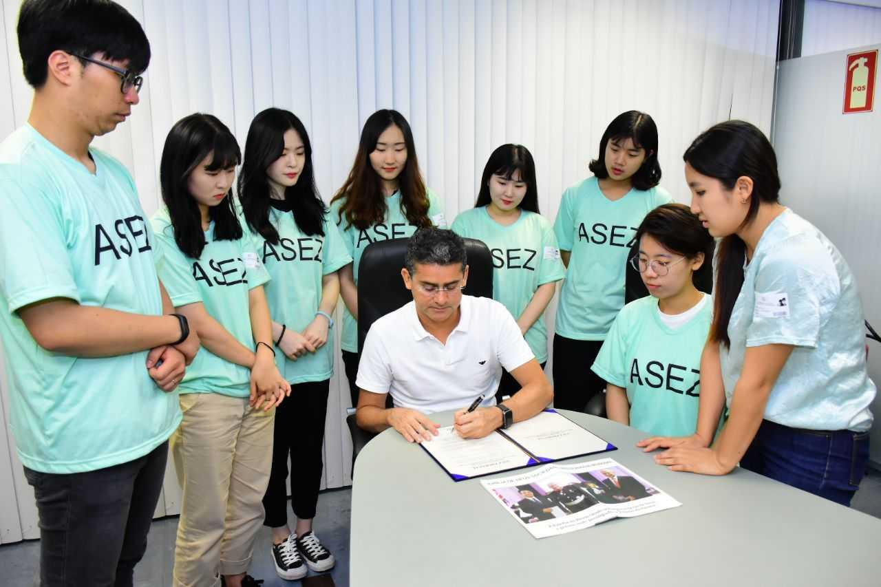 David Almeida recebe jovens sul-coreanos que buscam cumprir em Manaus metas da ONU / Foto: Dhyeizo Lemos