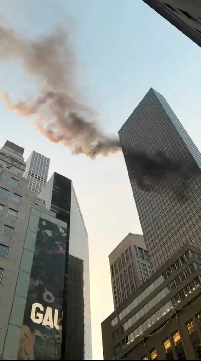 Imagem tirada de vídeo postado em redes sociais mostra fumaça no topo da Trump Tower, onde um incêndio foi relatado na manhã de 8 de janeiro de 2018 (Foto: Twitter/@NYCBMD/via Reuters)
