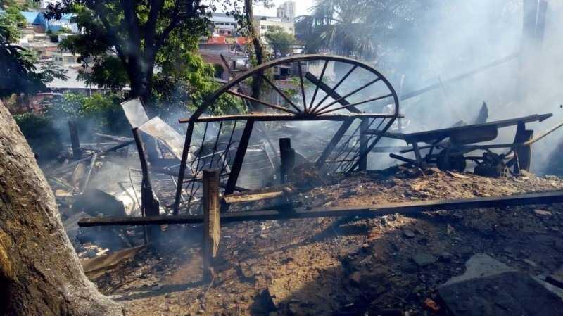 Incêndio destrói casa no bairro da Praça 14 em Manaus -  Imagem: Via Whatsapp