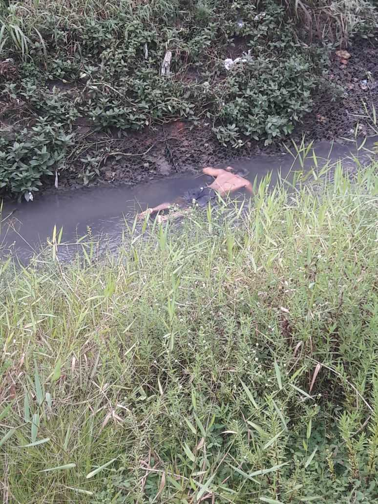 O corpo de um homem acaba de ser encontrado no igarapé atrás do Palácio Rio Negro - Imagem: Via Whatsapp