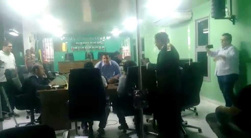 Vídeo: Deputado agride vereador a socos em sessão na Câmara Municipal - Imagem: Reprodução Youtube