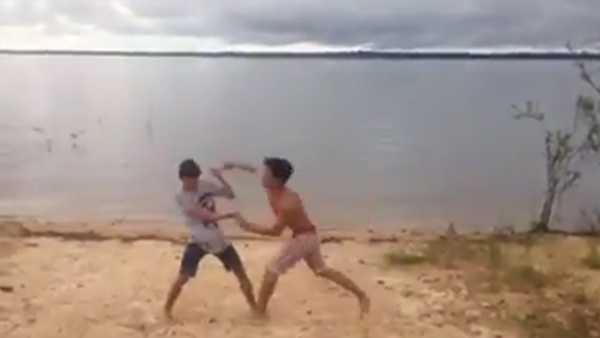 Vídeo mostra duelo de jovens na praia por namorada em Maués, no Amazonas / Reprodução Youtube