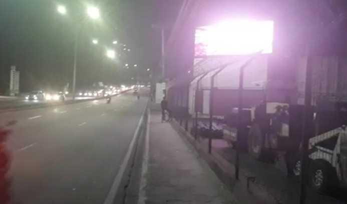 Painel de propaganda maceta exibe filme pornô em avenida de Manaus - Imagem: Reprodução