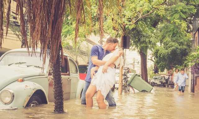 Casal de noivos faz ensaio fotográfico em rua alagada  - Imagem: Divulgação