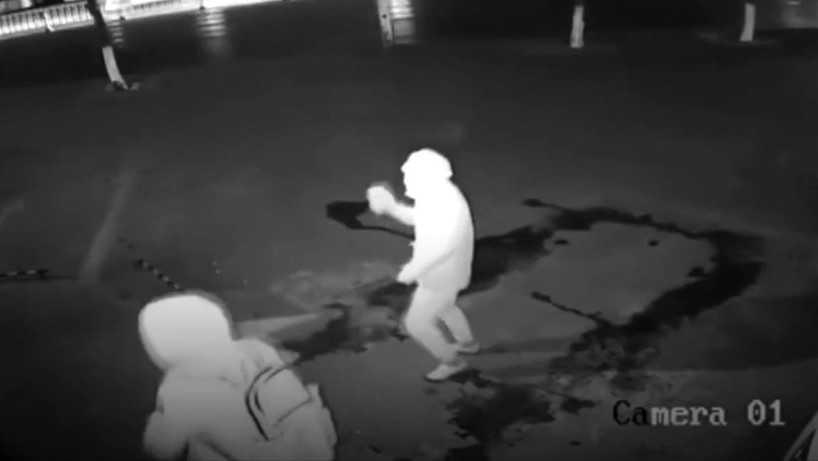 Ladrão atrapalhado dá pedrada em parceiro durante roubo e vídeo viraliza na web - Imagem: Reprodução