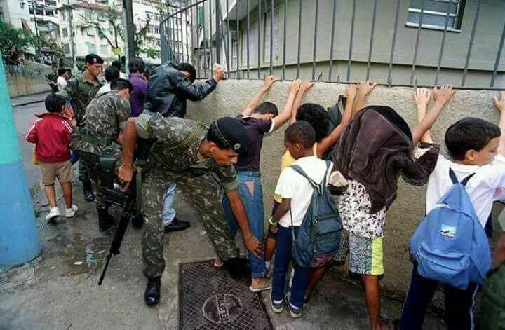 Origem da foto na qual militares revistam crianças Reprodução/Acervo Jornal O Globo
