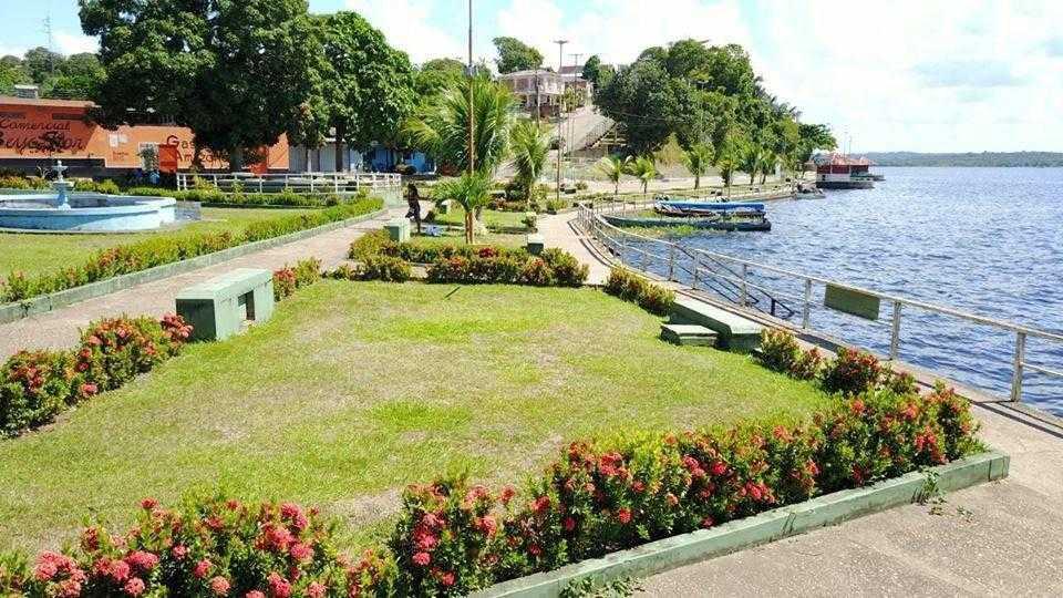 Quem chega às margens da cidade se depara com a praia grande e o jardim frontal, feito com hibiscos, papoulas e flores da região | Foto: Divulgação/Assessoria Prefeitura de Silves