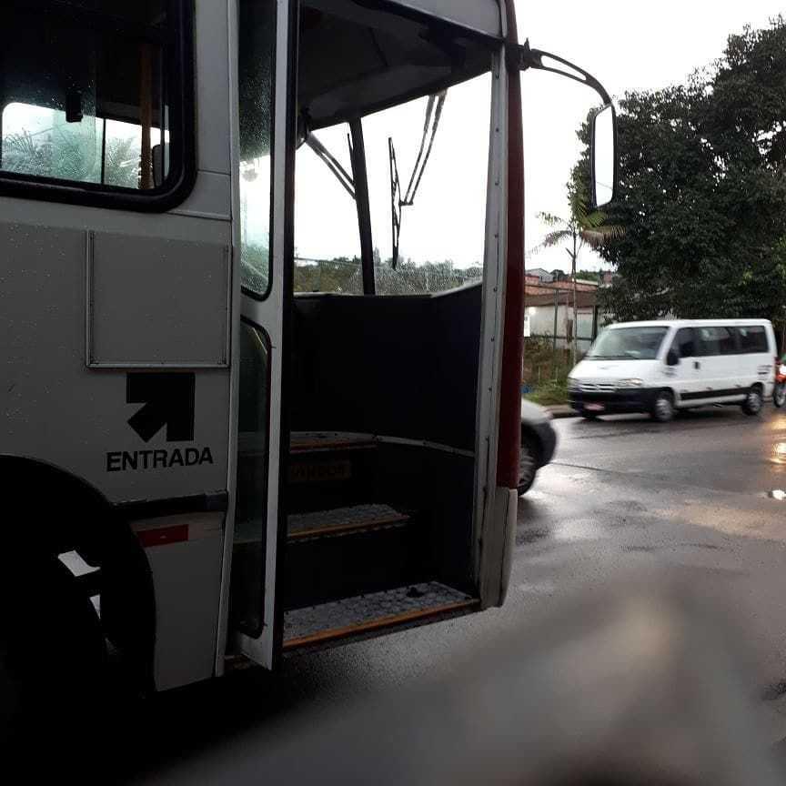 Porta de ônibus da linha 446 cai durante viagem em Manaus - Imagem: Divulgação