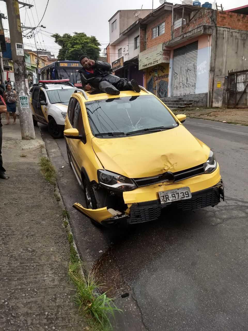 O motoqueiro foi atropelado e o motorista fugiu, só que o motorista não viu que o motoqueiro tava em cima do carro, ligando pra policia... / Foto : Divulgação