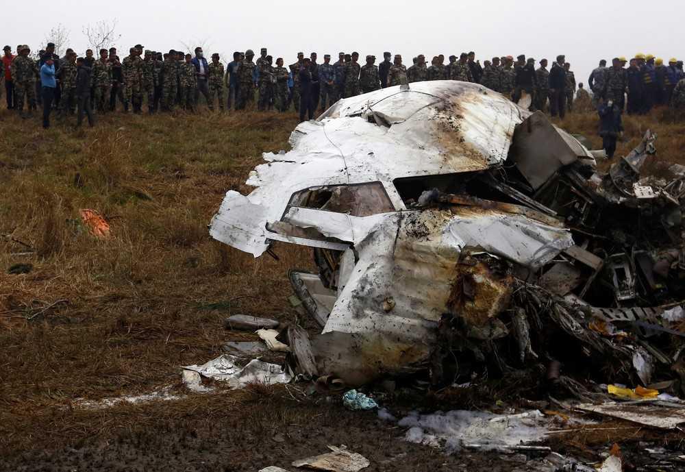Avião com 71 pessoas cai durante aterrissagem em aeroporto e deixa 50 mortos no Nepal - Imagem:  Niranjan Shreshta/ AP