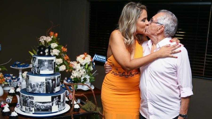 Carlos Alberto de Nóbrega beija a noiva, Renata Domingues Imagem: Manuela Scarpa/Brazil News