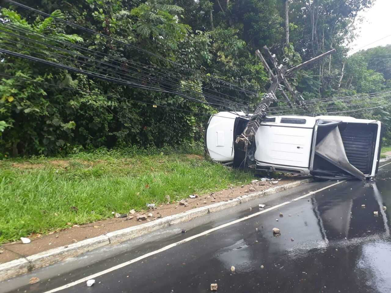 Carro capota durante acidente na Avenida do Turismo em Manaus 1