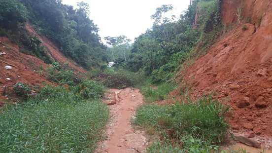 Cratera na Estrada da Fortaleza prejudica centenas de pessoas / Foto : Divulgação