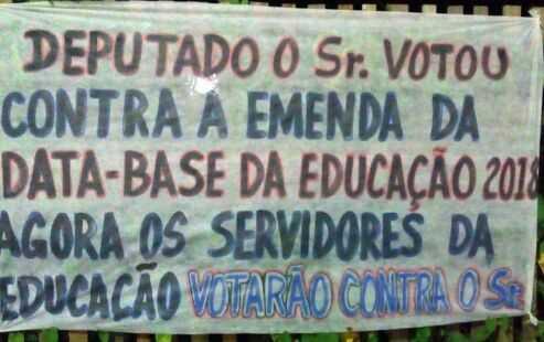 Em Boca do Acre, deputado é recepcionado por professores com faixa de repúdio por ter votado contra a emenda da data-base - Foto : Andrécia