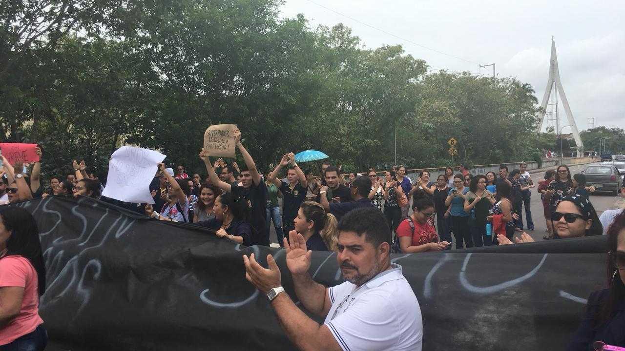 Professores realizam protesto em frente à sede do Governo do Amazonas - Imagem: Via Whatsapp