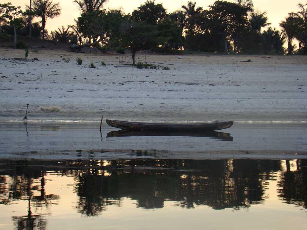 Canoa nas margens do rio Maripá, afluente do Rio Uatumã/AM. / Foto : Paulo Noronha